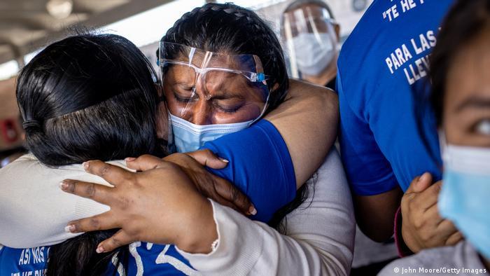 Mujer abraza al personal de salud en la frontera.