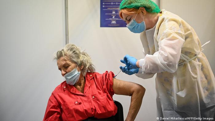 O pensionară este vaccinată la București