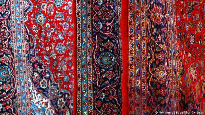 سر قالیشوران شلوغ است. یکی از سنتهای زیبای در پیوند با رسیدن سال نو در میان ایرانیان، خانهتکانی است. از دیرباز هم در شستن فرشها یکی از اصلیترین کارها در خانهتکانی به شمار میآمده؛ ایرانیها این باغ گسترده در ۴ فصل سال بر کف خانهشان را پیش از آمدن بهار میتکانند و میشورند تا رنگها و نقشها را دوباره دستافشانی کنند.