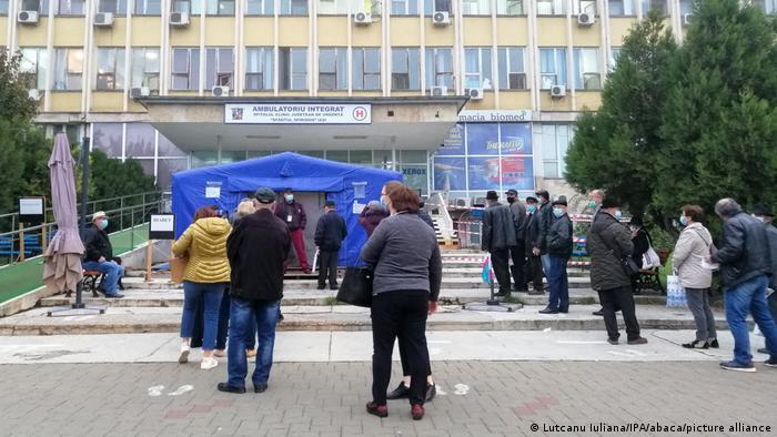 Cozi în fața unui spital din Iași (noiembrie 2020)