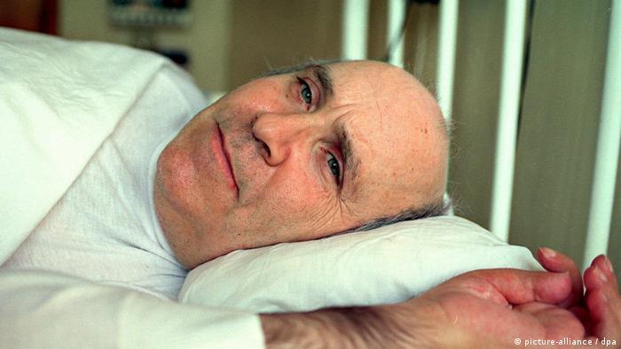 Su destino es inseparable de la historia de la ley de la eutanasia: el marinero Ramón Sampedro quedó paralizado del cuello durante casi tres décadas después de verse involucrado en un accidente de natación.  En 1998 terminó con su vida con la ayuda de un amigo.