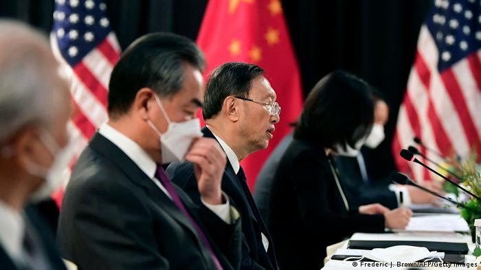 今年3月举行的阿拉斯加美中会晤期间,中国级别最高的外交官杨洁篪严词抨击美国霸权主义外交政策及其虚假民主。美方则指责中国哗众取宠。