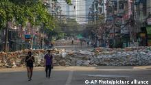 Myanmar Yangon Anti Putsch Demonstranten Straßensperren