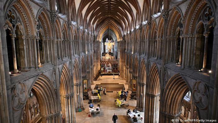 Mesto predviđeno za molitvu postalo je mesto za vakcinaciju. Ljudi se vakcinišu oksfordskim cepivom AstraZeneka u katedrali u Ličfildu u Engleskoj. I nikakvih prekida u vakcinaciji nije bilo.