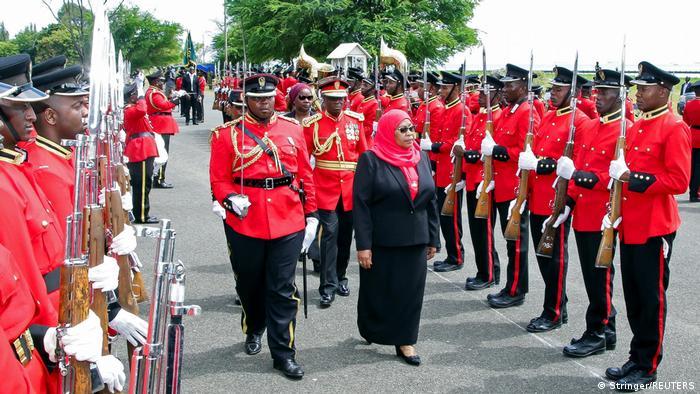 Samia Suluhu Hassan akikagua gwaride la kijeshi