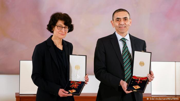 Almanya Cumhurbaşkanı Steinmeier Özlem Türeci ve Uğur Şahin'e liyakat nişanı verdi