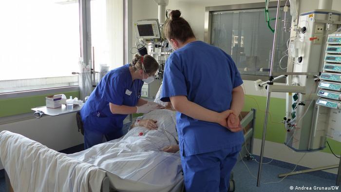 Медсестра Андреа Крауткремер оглядає хворого разом з ученицею