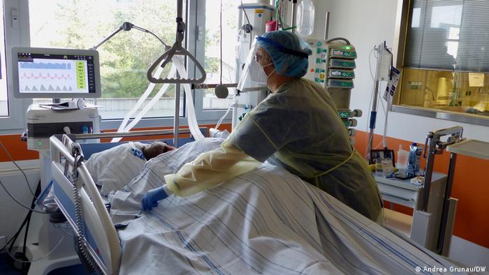Для кращої вентиляції легенів пацієнти з коронавірусом мають постійно перевертатися на живіт