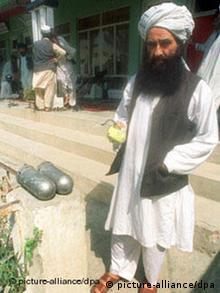 Dschalaludin Haqqani, Gründer des Haqqani-Netzwerks, vor zwei amerikanischen Cluster-Bomben