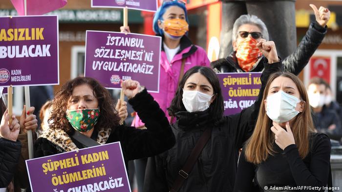 Участницы акции протеста против насилия над женщинами