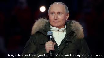 Владимир Путин, президент РФ, с микрофоном в руке