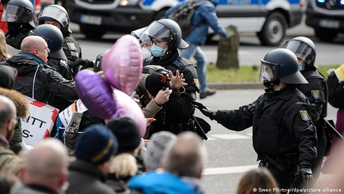 Полицейские и участники демонстрации против COVID-ограничений в Касселе