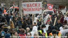 Anhänger des Vereins «Stiller Protest» demonstrieren auf einer Straße gegen die Massnahmen zur Eindämmung des Coronavirus. +++ dpa-Bildfunk +++