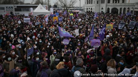 20 Mart 2021 - Türkiye'nin İstanbul Sözleşmesi'nden çekilmesi üzerine İstanbul'da kadınlar gösteri yaptı.