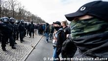 Teilnehmer einer Demonstration von Rechtsextremisten und sogenannten «Reichsbürgern» schreien auf der Straße des 17. Juni Polizisten an.