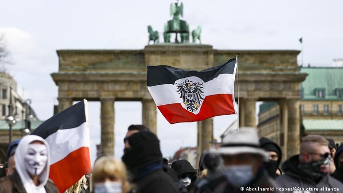 Ekstremistët e djathtë të organizatës Reichsbürger (Shtetasit e Rajhut) duke demonstruar në Berlin kundër masave për parandalimin e pandemisë, 20. 3. 2021