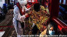Die am 04. Februar 2020 von SOS Mediterranee herausgegebene undatierte Aufnahme zeigt einen Mitarbeiter des Seenotrettungsschiffs «Ocean Viking», der einen geretteten Migranten an Bord des Rettungsschiffs versorgt. Das private Hilfsschiff «Ocean Viking» hat am Donnerstag im internationalen Gewässer vor Libyen rund 130 Bootsmigranten aus Seenot gerettet. Das teilte die Betreiberorganisation SOS Mediterranee mit. Die Crew habe per Fernglas das überbesetzte Schlauchboot gesichtet. Das Team holte bei Tagesanbruch 121 Menschen an Bord, wie es hieß. Darunter seien 19 Frauen und 2 kleine Kinder gewesen. Mehrere Menschen, die über Bord gegangen seien, konnten danach auf die «Ocean Viking» gebracht werden. +++ dpa-Bildfunk +++