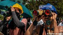BdTD | Myanmar | Anti-Putsch-Demonstranten verwenden ein Fernglas