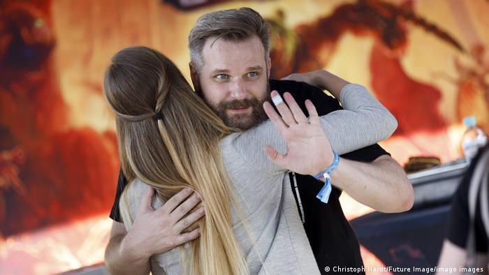Gronkh umarmt einen Fan