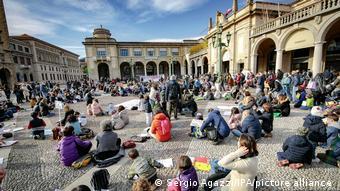 Итальянские родители с детьми на акции протеста в Бергамо