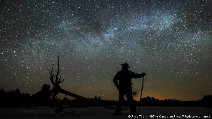 La franja de la Vía Láctea se extiende por el cielo de Canadá como polvo de diamantes esparcido al azar.