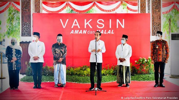Presiden Joko Widodo (ketiga dari kanan) saat meninjau pelaksanaan vaksinasi di Sidoarjo (22/03)