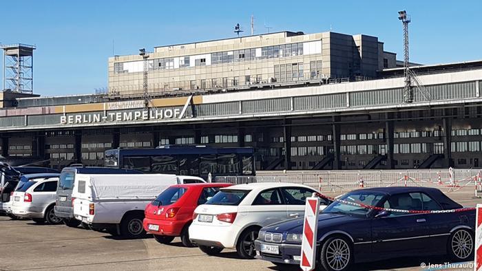 Autos auf dem alten Flugfeld: Vor dem Impfzentrum im still gelegten Flughafen Berlin-Tempelhof.