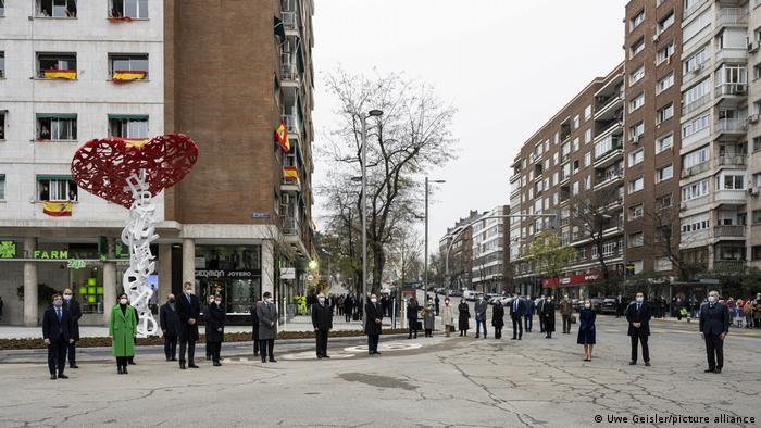 Памятник медикам - жертвам пандемии в Мадриде