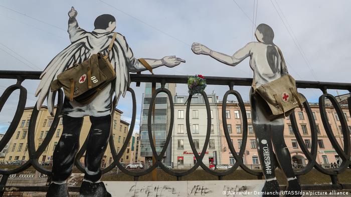 Статуи в память о погибших медработниках в Санкт-Петербурге