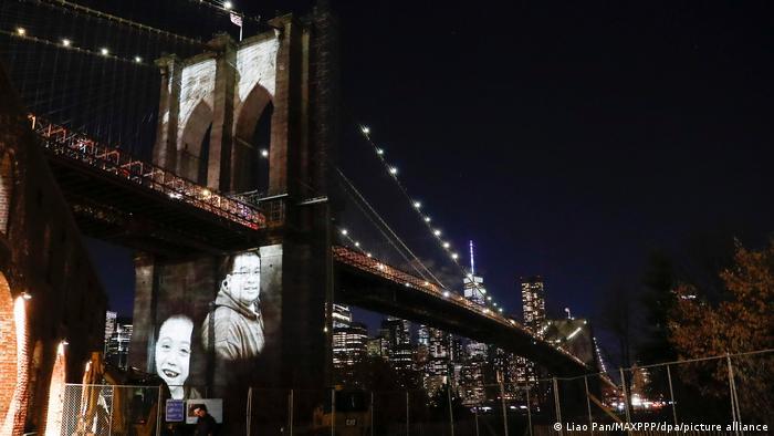 Нью-Йорк. Проекция портретов жертв пандемии - в память об умерших