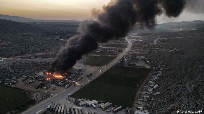 قصف الطيران الروسي مخزناً بالقرب من معبر باب الهوى الحدودي مع تركيا يوم 22 مارس/ آذار