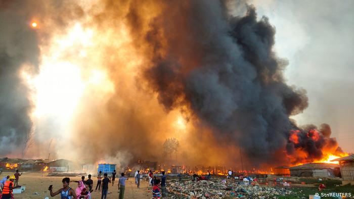 Chamas enormes e fumaça encobrem abrigos em incêndio em campos de refugiados da etnia rohingya em Bangladesh.