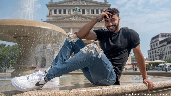 Younes Zarou vor einem Springbrunnen