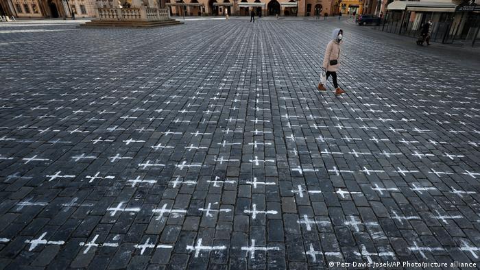 Хрести, намальовані на центральній площі Праги на знак протесту проти політики уряду Чехії у боротьбі з коронавірусом