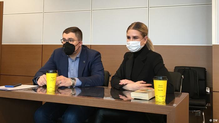 Юрист ФБК Любовь Соболь и ее адвокат Владимир Воронин в суде, 23 марта 2021 года