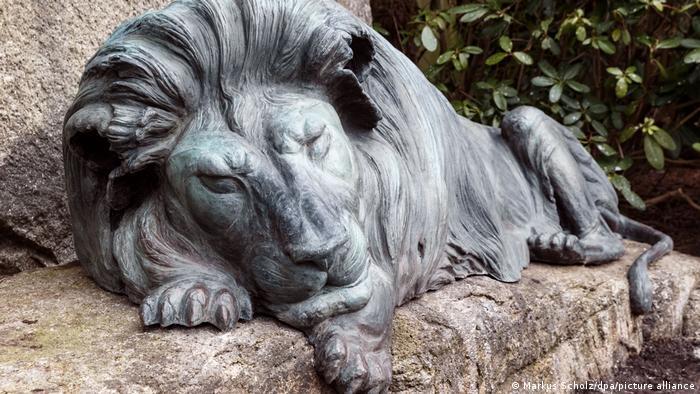 La escultura de un león, hecha por el artista Michael Kaul en bronce, yace sobre la tumba del fundador del zoológico de Hamburgo, Carl Hagenbeck.