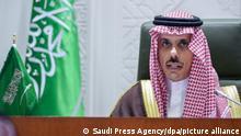 Faisal bin Farhan Al Saud, Außenminister von Saudi-Arabien, spricht während einer Pressekonferenz zur Ankündigung einer neuen Friedensinitiative für Jemen. Saudi-Arabien hat eine sofortige Waffenruhe als Teil der neuen Friedensinitiative für das Bürgerkriegsland vorgeschlagen. Die Waffenruhe könnte in Kraft treten, sobald die jemenitischen Huthi-Rebellen ihr zustimmten, sagte der saudische Außenminister. Überwacht werden solle sie von den Vereinten Nationen. +++ dpa-Bildfunk +++