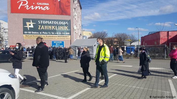 Deutschland Polen l Coronavirus - Warten vor Testzentrum in Slubice