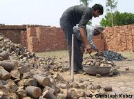 Bioenergia a partir de folhas de pinheiros facilita o trabalho em olarias no norte da Índia: os briquetes não poluem tanto quanto o carvão e pesam menos