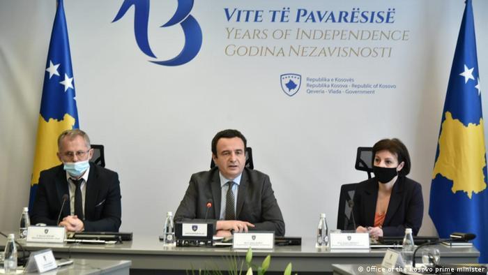 Kosovo Premierminister Albin Kurti und stellvertretende Ministerpräsidenten Besnik Bislimi und Donika Gervalla