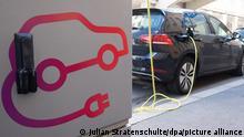 Ein Volkswagen e-Golf lädt an einer öffentlichen Ladesäule für Elektroautos in der Innenstadt. (Zu dpa E-Autos für Hersteller und Käufer weiter teuer) +++ dpa-Bildfunk +++