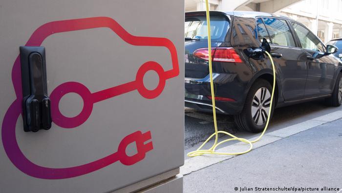 VW Golf около зарядной колонки для электромобилей