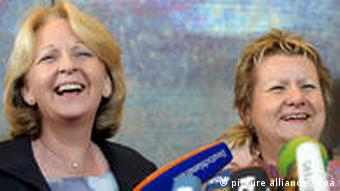 Hannelore Kraft of the SPD and Sylvia Loehrmann of the Greens at a press conference.