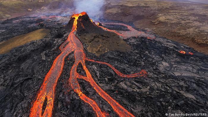 Erupción del volcán Fagradalsfjall en Islandia: ríos de lava y humo.