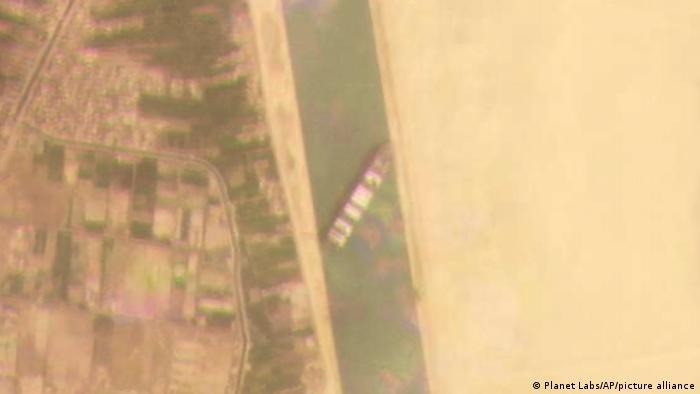 Супутниковий знімок Суецького каналу, на якому видно контейнеровоз, який заблокував прохід