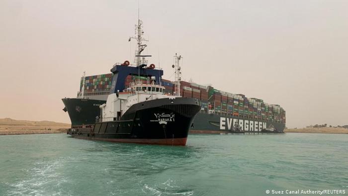 Зараз буксири намагаються відтягнути контейнеровоз, що застряг у Суецькому каналі