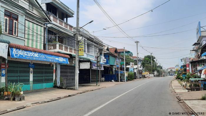 در سایر مناطق کشور نیز مردم به اعتراض خاموش پیوستند، مانند اینجا در شهر ساحلی داوی در جنوب شرقی میانمار.