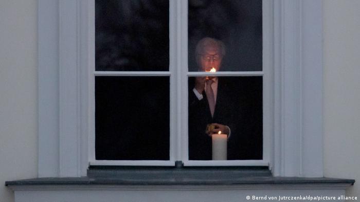 Президент ФРГ зажигает свечу
