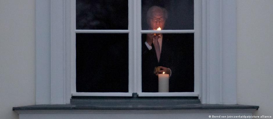 Frank-Walter Steinmeier a aprins o lumânare în memoria celor răpuşi de coronavirus