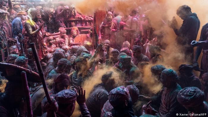 هولی جشن رنگها است. اشتراک کنندگان سخاوتمندانه یکدیگر را غرق رنگ های پودری می سازند تا بدین وسیله آمدن بهار را خوشامد گویند و از برداشت حاصلات بیشتر زراعتی سپاسگزاری کنند. این جشن در آخرین روز ماه کامل در فبروری یا مارچ برگزار می گردد، مخصوصا در شمال، غرب و شرق هندوستان مردم بیشتری هولی را جشن می گیرند.